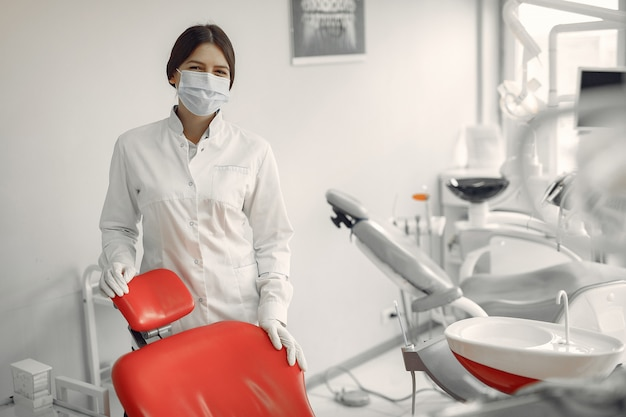 Hermoso dentista trabajando en una clínica dental