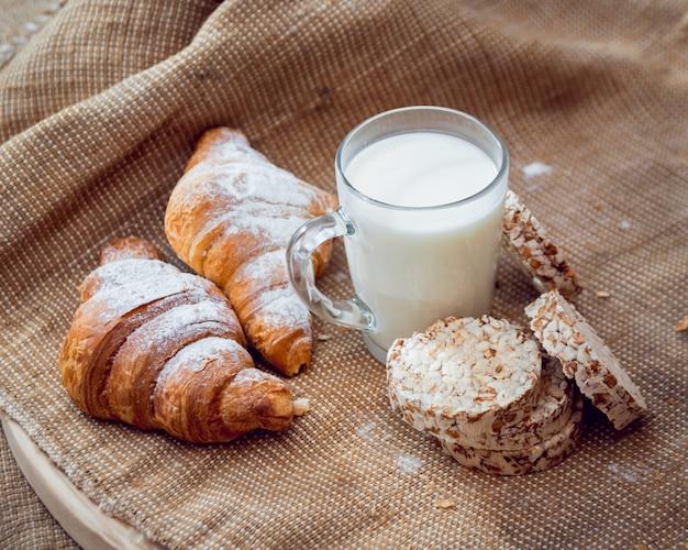 Hermoso desayuno leche de frutas, pan y croissant.