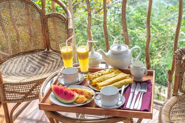 Hermoso desayuno servido en la terraza o balcón
