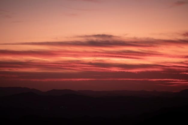 Hermoso diseño de cielo rojo y rosa