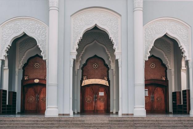 Hermoso diseño de la entrada principal de un edificio de mezquita.