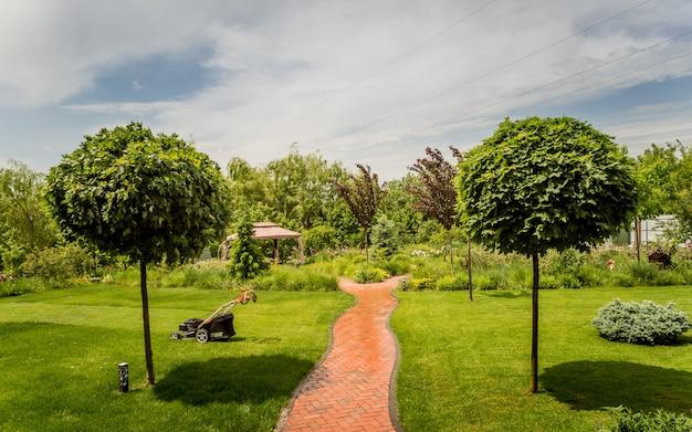 Hermoso diseño del paisaje del jardín. fondo de día de verano