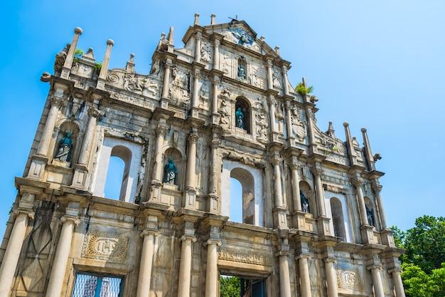 Hermoso edificio de arquitectura antigua con ruina de la iglesia de st pual