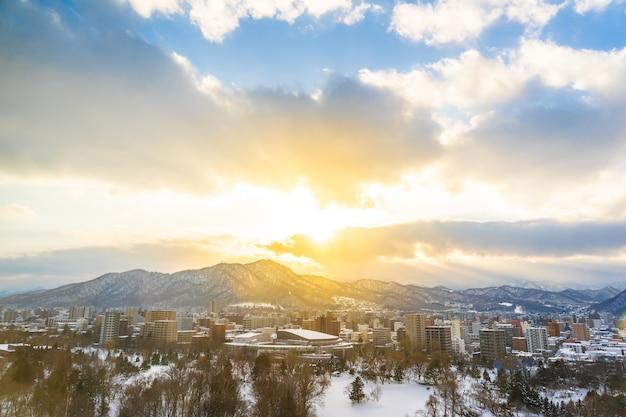 Hermoso edificio de arquitectura con paisaje de montaña en temporada de invierno al atardecer