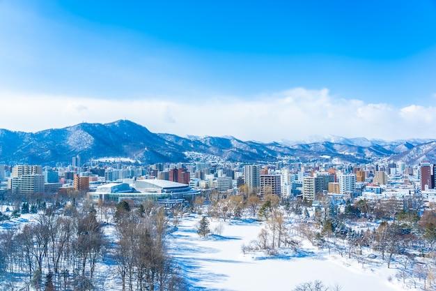 Hermoso edificio de arquitectura con paisaje de montaña en la temporada de invierno de la ciudad de sapporo hokkaido, japón