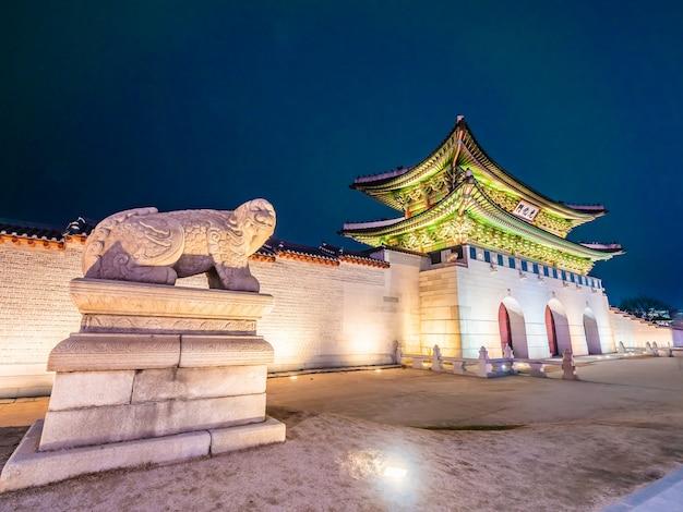 Hermoso edificio de arquitectura del palacio gyeongbokgung