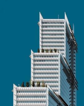 Hermoso edificio blanco bajo el cielo azul