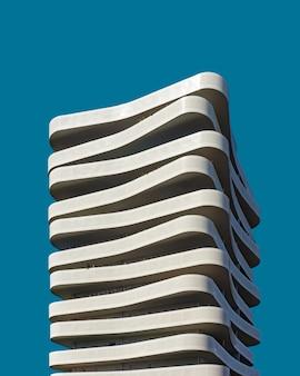 Hermoso edificio blanco exótico bajo el cielo azul