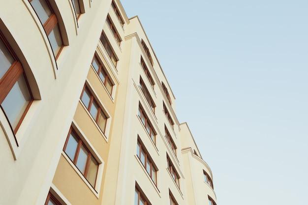 Hermoso edificio contra el cielo azul