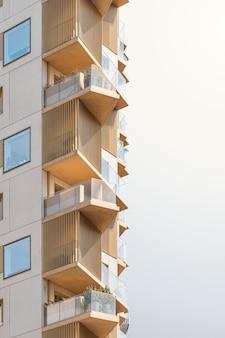 Hermoso edificio moderno bajo el cielo brillante