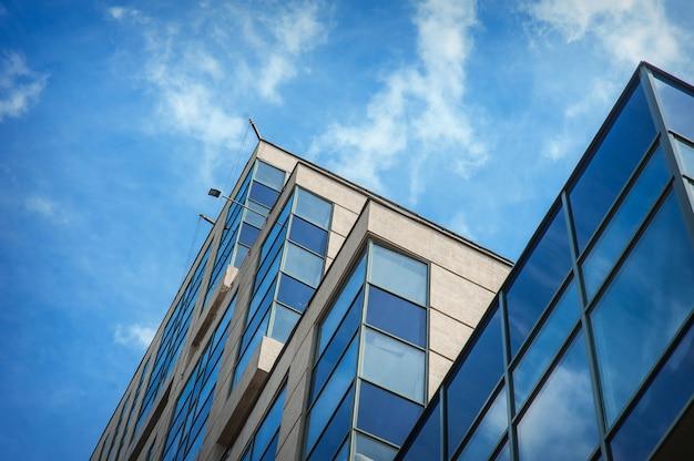Hermoso edificio moderno de gran altura contra el cielo