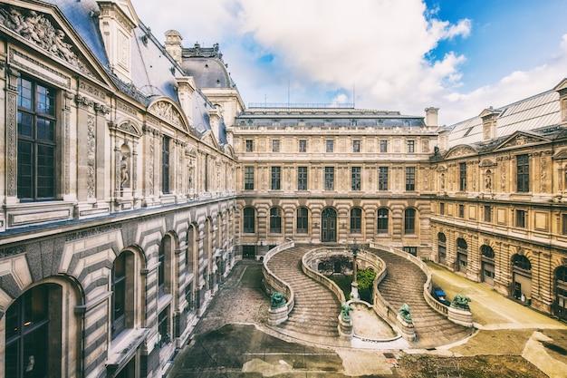 Hermoso edificio del palacio del louvre y en parís, francia