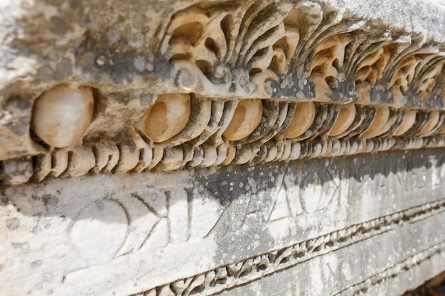 Hermoso y elegante adorno, un elemento de edificios, partes de las ruinas y ruinas de la antigüedad antigua.