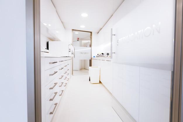 Hermoso y elegante consultorio blanco de un médico exitoso