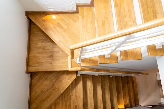 Hermoso escalón de madera en casa