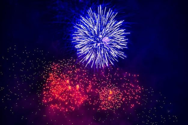 Hermoso espectáculo de fuegos artificiales por la noche.