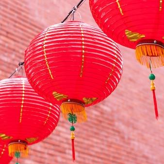Hermoso farolillo rojo redondo colgado en la antigua calle tradicional, concepto del festival del año nuevo lunar chino, de cerca.