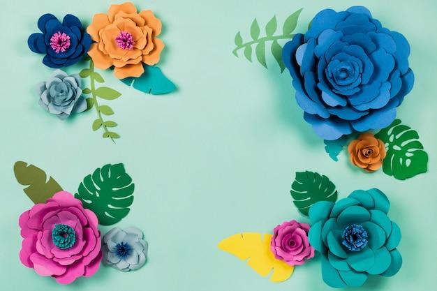 Hermoso floral papercraft flores sobre fondo azul, vista superior, endecha plana, copyspace