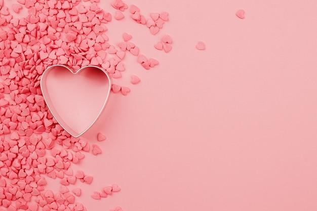Hermoso fondo del día de san valentín con molde al horno en forma de corazón