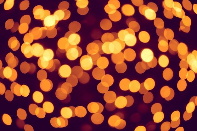 Hermoso fondo dorado bokeh de luces de una guirnalda
