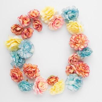 Hermoso fondo hecho con flores con copyspace