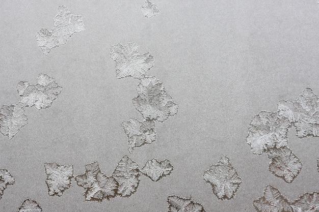 Hermoso fondo de invierno, escarcha en la ventana, textura natural en vidrio con un patrón congelado.