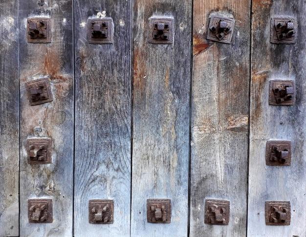 Hermoso fondo con listones de madera y ganchos de metal alrededor.