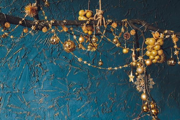 Hermoso fondo de navidad con bolas de copyspace año nuevo.