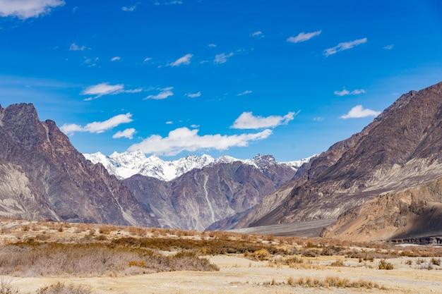 Hermoso fondo de paisaje de montaña de esta manera ir al valle de turtuk en ladakh, india