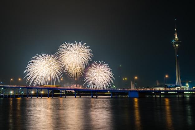 Hermoso fuego artificial con la torre de macao es un hito de la ciudad de macao