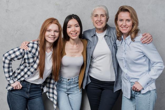Hermoso grupo de mujeres sonriendo