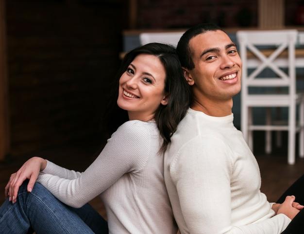 Hermoso hombre y mujer sonriendo
