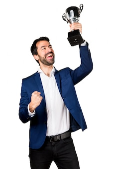 Hermoso hombre sosteniendo un trofeo