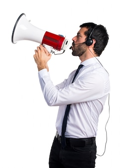 Hermoso hombre de telemarketer gritando por megáfono