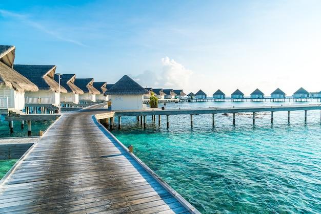 Hermoso hotel tropical resort de maldivas e isla con playa y mar
