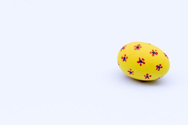 Hermoso huevo de pascua sobre fondo blanco. huevo de pascua para anunciantes.