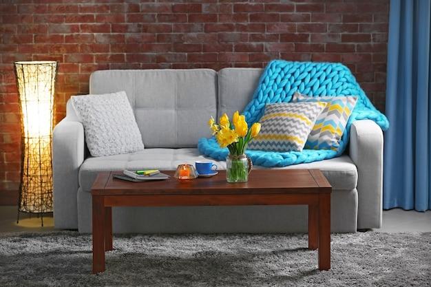 Hermoso interior con flores amarillas de sala de estar