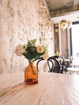 Hermoso interior con jarrón con flores y pared de vacaciones