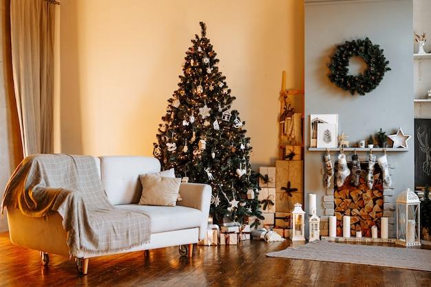 Hermoso interior de navidad de salón con árbol decorado
