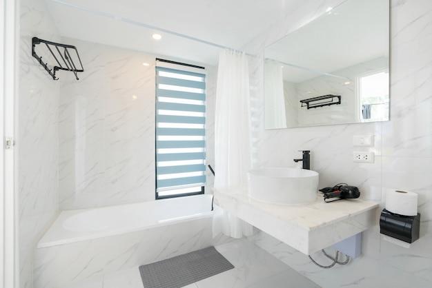 Hermoso interior real con baño cuenta con lavabo con bañera.