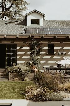 Hermoso jardín con energías renovables.