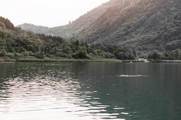 Hermoso lago cerca de la montaña verde