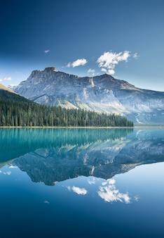 Hermoso lago esmeralda en canadá