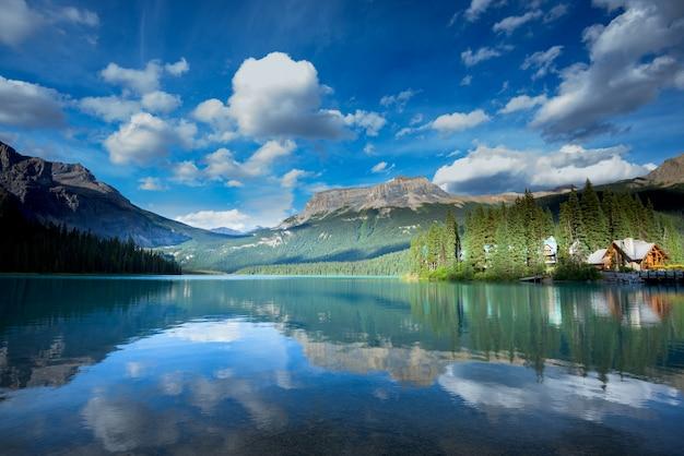 Hermoso lago esmeralda, parque nacional yoho, columbia británica, canadá