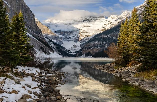 Hermoso lago louise en el parque nacional banff, alberta, canadá