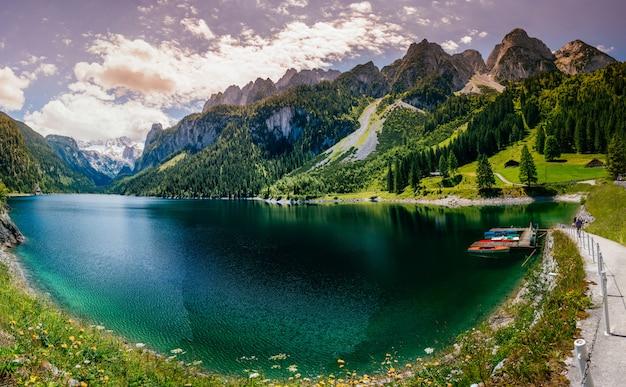 Hermoso lago de montaña clara en los alpes