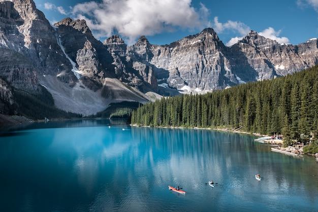 Hermoso lago moraine en el parque nacional de banff, alberta, canadá