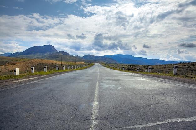Hermoso largo camino en la carretera del país
