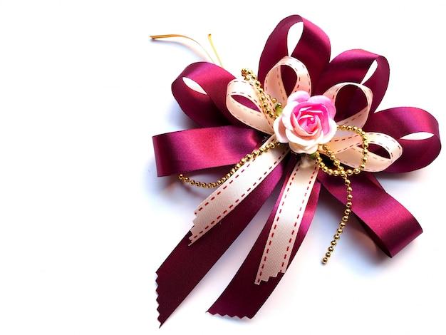 Hermoso lazo de cinta rosa oscuro