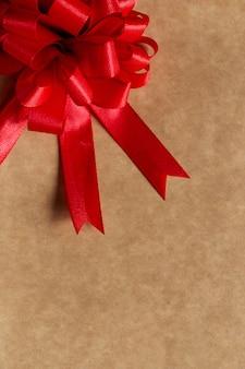 Hermoso lazo rojo sobre la mesa